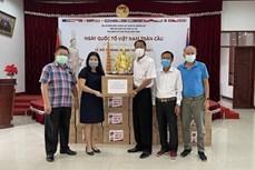 新冠肺炎疫情:向旅居老挝越南人捐赠2万只口罩