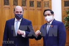 越南政府总理范明政会见英国国防大臣罗伯特·本·洛班·华莱士