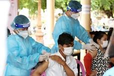 新冠肺炎疫情:柬埔寨为防疫一线工作者打第三针疫苗