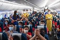河内医科大学志愿者完成抗疫任务后乘坐越航飞机返回首都