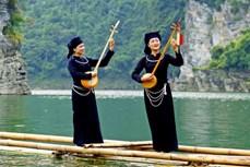 Biểu diễn hát Then, đàn Tính trên lòng hồ thủy điện Tuyên Quang
