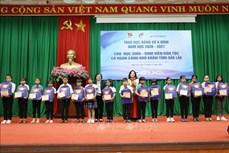 Trao học bổng Vừ A Dính tặng học sinh, sinh viên dân tộc vượt khó hiếu học tỉnh Đắk Lắk
