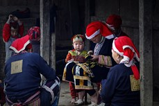 Chuẩn bị áo mới cho trẻ em người Dao