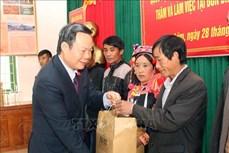 Phó Chủ tịch Quốc hội Phùng Quốc Hiển thăm, tặng quà tại xã Thu Lũm
