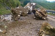 Điện Biên khắc phục sự cố đá rơi gây tắc Quốc lộ 279