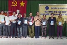 Trao tặng thẻ Bảo hiểm y tế cho người dân chịu thiệt hại do bão số 9 tại Phú Yên