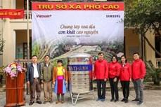 Báo VietnamPlus (TTXVN) tặng bồn chứa nước sạch cho đồng bào vùng cao thiếu nước ở Hà Giang