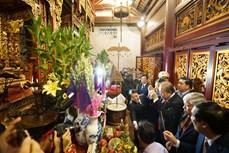 Đoàn đại biểu dự Đại hội đại biểu toàn quốc các dân tộc thiểu số Việt Nam lần thứ II dâng hương tưởng niệm các Vua Hùng