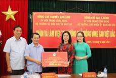 Đoàn công tác của Bộ Giáo dục và Đào tạo và Ủy ban Dân tộc làm việc tại Trường phổ thông Vùng cao Việt Bắc
