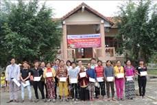 Tặng quà Tết cho hộ nghèo dân tộc thiểu số ở Phú Yên