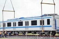 承包商将滨城-仙泉地铁1号线各列车安装在各条轨道上