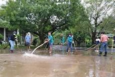 越南红十字会向广平省受灾民众提供紧急援助物资