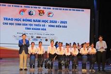 Trao học bổng Vừ A Dính cho học sinh dân tộc thiểu số và con ngư dân có hoàn cảnh khó khăn tỉnh Khánh Hòa