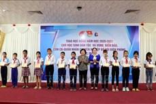Trao học bổng tặng học sinh dân tộc thiểu số và con em chiến sỹ Biên phòng tỉnh Sóc Trăng