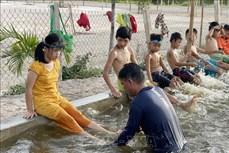 Thầy Nguyễn Viết Tước thầm lặng dạy bơi miễn phí cho trẻ em vùng trũng