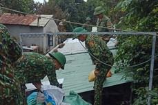 Lực lượng biên phòng giúp người dân Quảng Nam chèn chống nhà cửa phòng mưa bão