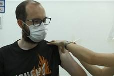 外国公民对在河内市接受疫苗接种和新冠病毒检测感到高兴