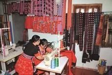 Vân Hồ bảo tồn nghề thêu, may trang phục dân tộc Mông