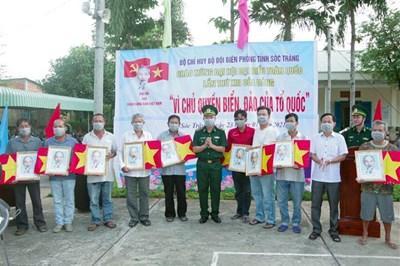 Trao tặng cờ Tổ quốc và ảnh Bác Hồ cho ngư dân khu vực biên giới biển