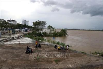 Quảng Ngãi giải cứu gần 20 công nhân mắc kẹt giữa dòng sông Trà Khúc