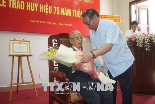 Trao Huy hieu 75 nam tuoi Dang tang dong chi Tran Quoc Huong hinh anh 2