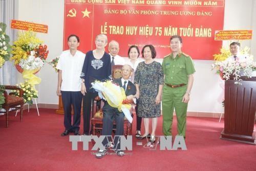 Trao Huy hieu 75 nam tuoi Dang tang dong chi Tran Quoc Huong hinh anh 3