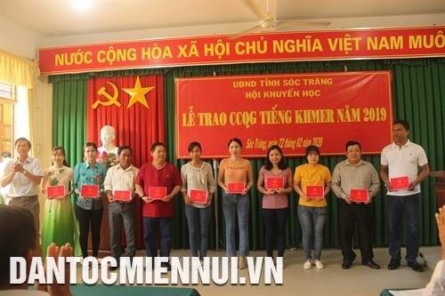 Soc Trang trao chung chi Quoc gia tieng Khmer cho 727 can bo, cong chuc, vien chuc hinh anh 1