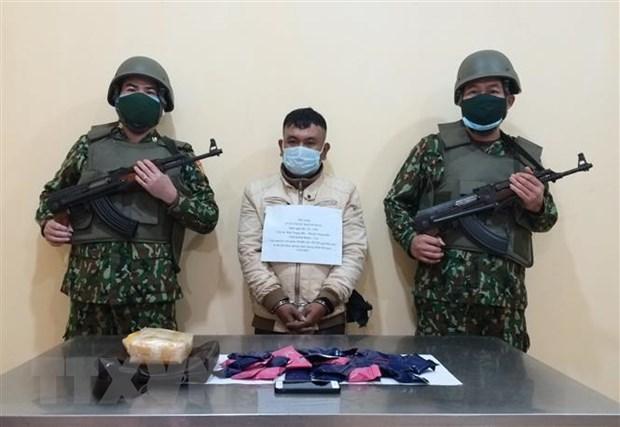 广平省边防逮捕一名贩运毒品犯罪 查获冰毒1万颗 hinh anh 1