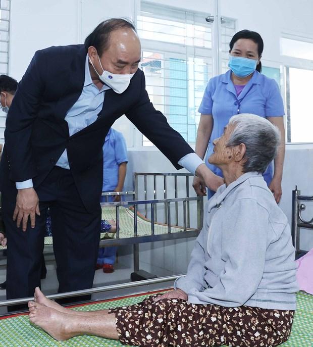 越南政府总理阮春福看望慰问广南省社会保护中心孤儿和老人 hinh anh 1