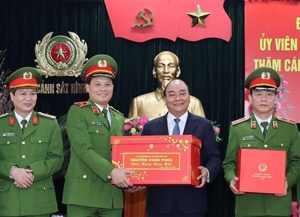 阮春福总理视察部分人民公安单位的执勤备战工作 hinh anh 1