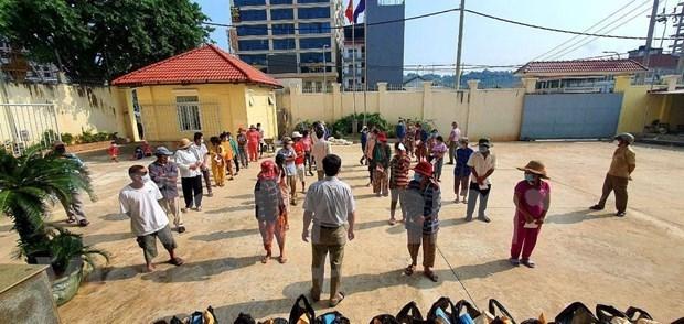 越南驻西哈努克省总领事馆向贫困越裔柬埔寨人赠送慰问品 hinh anh 2