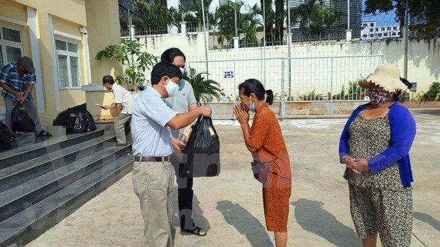 越南驻西哈努克省总领事馆向贫困越裔柬埔寨人赠送慰问品 hinh anh 1