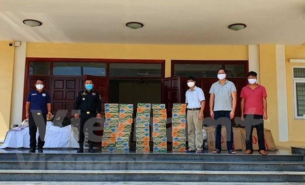 越南驻西哈努克省总领事馆向贫困越裔柬埔寨人赠送慰问品 hinh anh 3