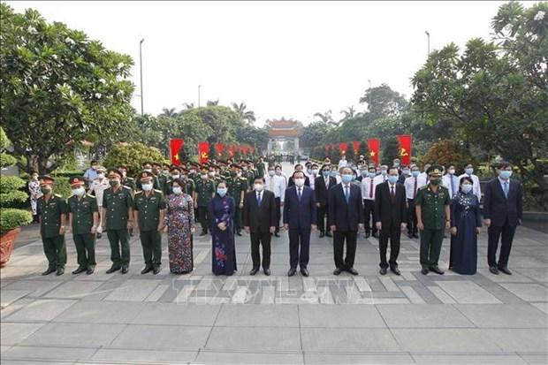 胡志明市领导人进香 缅怀胡志明主席、孙德胜主席和英烈 hinh anh 2