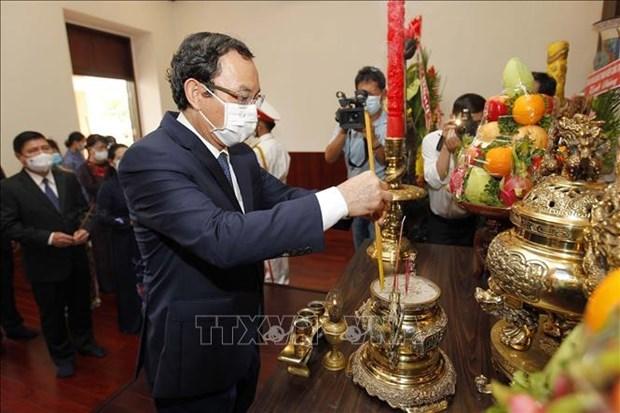 胡志明市领导人进香 缅怀胡志明主席、孙德胜主席和英烈 hinh anh 1