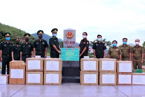 河静省和山罗省边防部队向老挝部分省份的军事及公安力量赠送防疫物资 hinh anh 1