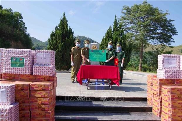 奠边省边防部队指挥部向老挝丰沙里和琅勃拉邦两省提供防疫援助 hinh anh 1