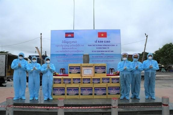 越南向柬埔寨和印度捐赠医用防护物资和设备 hinh anh 1