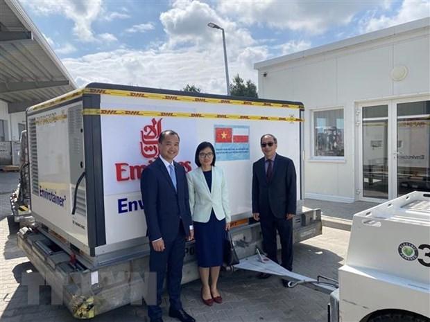 越南驻波兰大使出席波兰政府援助越南新冠疫苗交接仪式 hinh anh 2