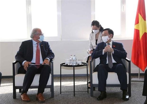 越南国会主席王廷惠会见欧洲各大集团代表 hinh anh 1