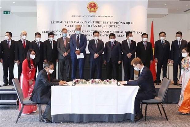 国会主席王廷惠出席疫苗和医疗物资捐赠仪式和各项合作协议签字仪式 hinh anh 2