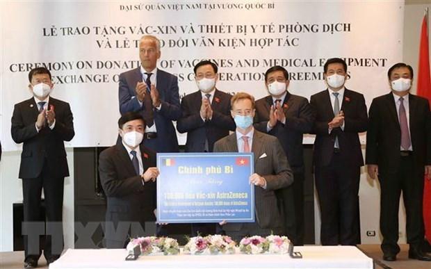 国会主席王廷惠出席疫苗和医疗物资捐赠仪式和各项合作协议签字仪式 hinh anh 1