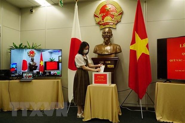 越南驻日本福冈总领事馆为国内新冠疫苗基金捐赠近7万美元 hinh anh 1