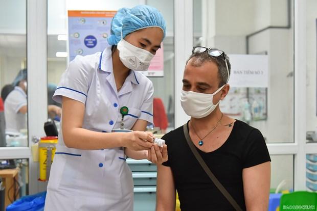 河内市外籍人士获得免费新冠疫苗接种 hinh anh 1