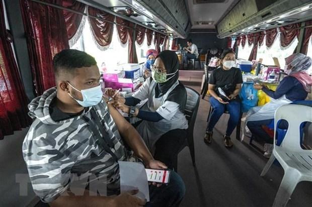 """马来西亚将启动接种第三剂新冠疫苗""""加强针"""" 老挝万象加强防疫措施 hinh anh 1"""