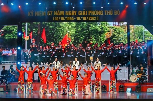 """庆祝首都河内解放67周年的""""雄壮的河内之歌""""文艺晚会举行 hinh anh 1"""