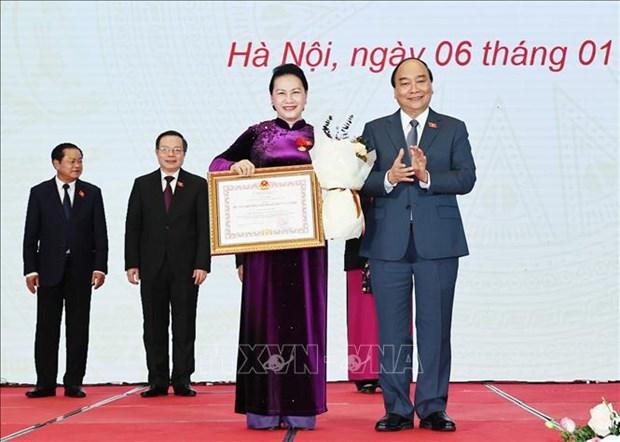 越南政府总理阮春福向国会主席阮氏金银及各位国会领导授予民族大团结勋章 hinh anh 1