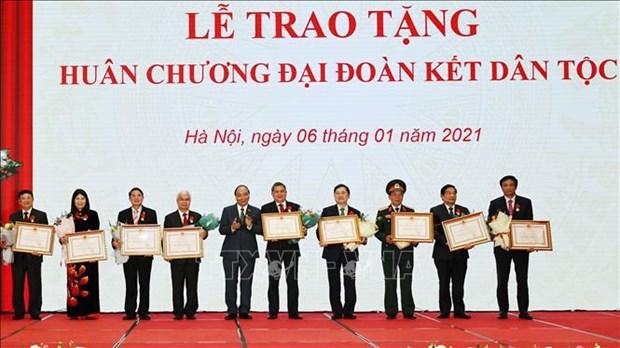 越南政府总理阮春福向国会主席阮氏金银及各位国会领导授予民族大团结勋章 hinh anh 2