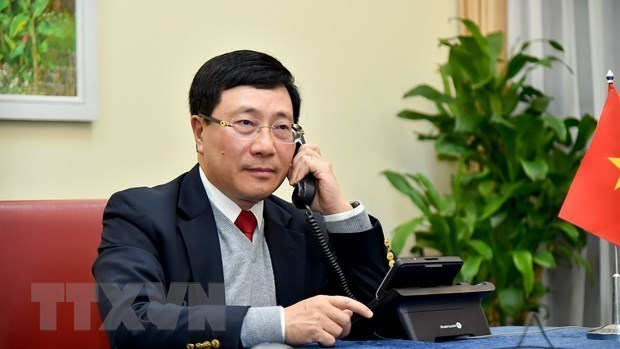 范平明与文莱外交与贸易部第二部长艾瑞万通电话 hinh anh 1