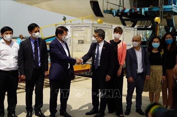 首批新冠肺炎疫苗运抵越南 hinh anh 2